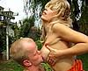 clip Une belle mature blonde baise un nain dans le jardin