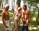 Deux vieux vicelards se tapent une jeune nymphomane en forêt