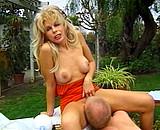 Téléchargement de Une belle mature blonde baise un nain dans le jardin