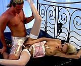 Téléchargement de Blonde sexy se sert d'un homme soumis pour jouir