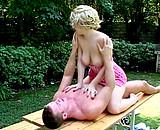 Téléchargement de Deux jeunes baisent sur la table du jardin