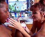 Téléchargement de Une desperate housewife kiffe les jeunes minettes black