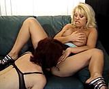 Dolly Golden gouine avec une autre mature