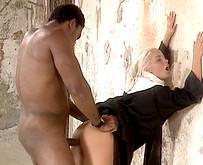 Etalon black qui baise une bonne soeur au couvent