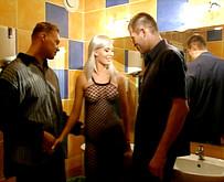 Brigitta Bulgari enculée en trio dans les WC d'une discothèque baise brigitta bulgari