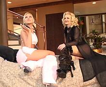 Jeune lesbienne baise avec une femme mûre aux gros nichons