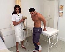 Il d�couvre que l'infirmi�re est une trans et l'encule sur le lit