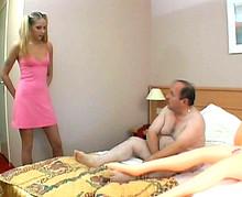 Vieux pervers se tape une jeunette de 18 ans