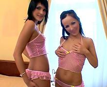 Deux soeurs de 18 et 19 ans offrent leur cul!