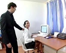Le patron baise sa secrétaire hyper sexy au bureau