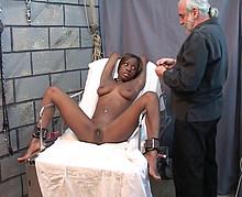 Un vicelard s'occupe de faire souffrir une jolie black soumise