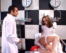 Médecin qui encule sauvagement une infirmière à gros nichons