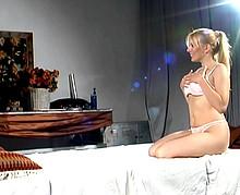 Gros bukkake sur cette salope blonde aux gros seins