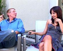 Papy pervers baise sa voisine beurette de 20 ans