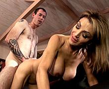Mature chaude aux gros seins baisée par un jeune