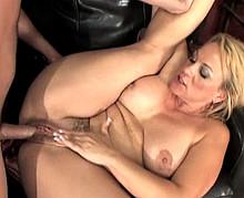 Blonde mature à gros seins baise avec un jeune