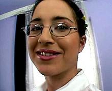 Partouze et douche de sperme sur une étudiante à lunettes