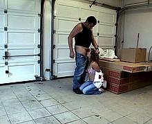Auto-stoppeuse séquestrée et baisée dans un entrepôt