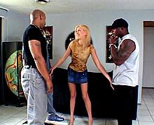 Jeune blonde se fait tourner par trois blacks