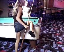Deux jeunes fêtardes se partagent un mec à Las Vegas