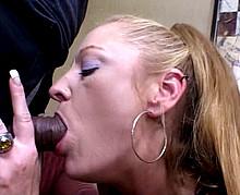 Une cougar se laisse plier par un jeune lascar - Sexe mature