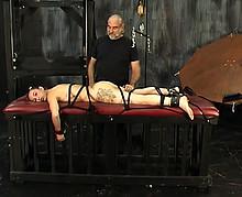 Fille de 18 ans pendue et torturée par un vieux pervers