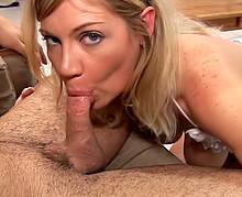 Belle prostituée blonde se déplace chez le client