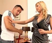 Femme d'affaire se tape un homme de ménage