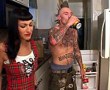 Jolie brunette baisée par son copain tatoué et déjanté