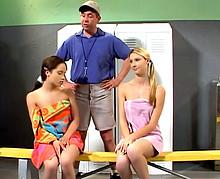 Le prof de sport prend le cul de deux de ses étudiantes !