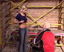 Un homme mûr humilie et baise une jeune blonde