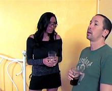 Un jeune homme entre les mains d'une femme mûre nympho !