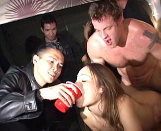 Etudiante ivre se laisse baiser devant toute sa classe