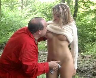 Un vieux voyeur pervers se fait sucer dans les bois
