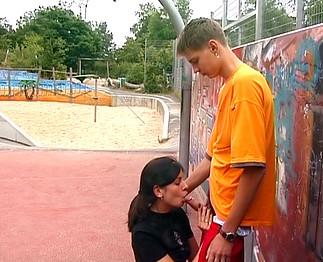 Jeune couple amateur qui baise devant la caméra