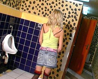 Téléchargement de Grosse chienne enculée dans les WC d'un bar