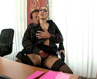 Sexe : La secrétaire aime la sodomie et se tape son patron!