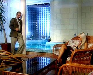 Téléchargement de Brigitta Bulgari enculée au bord d'une piscine intérieure