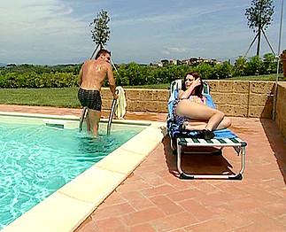 Téléchargement de Jolie rousse enculée au bord de la piscine