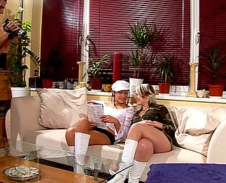 Téléchargement de Un mec baise et filme ses deux colocataires