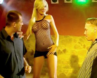 Téléchargement de Brigitta Bulgari enculée en trio dans les WC d'une discothèque