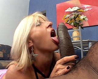 Salope  blondasse défoncée par un papy  noir bien membré - Zlex.eu | Du sexe à volonté