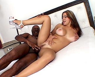 Jeune nymphomane baisée par un vieux black bien gaulé