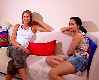 Téléchargement de 2 belles jeunettes s'initient au lesbianisme