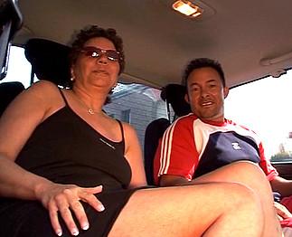 Mature grassouillette baise avec un inconnu en voiture