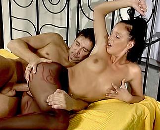Jeune brunette baisée par un mec plus agé