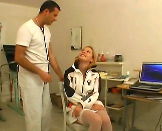 Gynécologue baise une jeune patiente dans son cabinet
