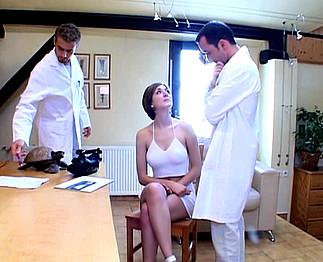 Téléchargement de Médecins abusent d'une jeune patiente aux gros nichons