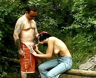 Téléchargement de Jeune chienne sodomisée par 2 gros dans la forêt