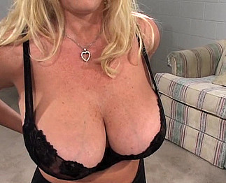 Mature avec des seins énormes se tape deux jeunes